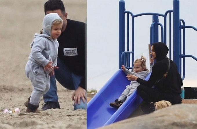 Lea thích thú vui đùa trên bãi biển.