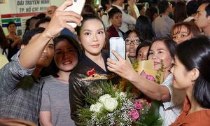 Lý Nhã Kỳ diện áo dài dát vàng dự sự kiện ở phố đi bộ Nguyễn Huệ
