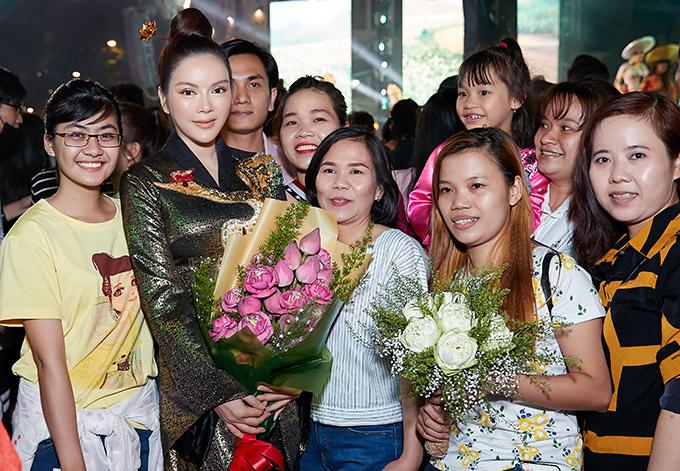 Người đẹp thân thiện chụp ảnh cùng khán giả tới xem sự kiện.