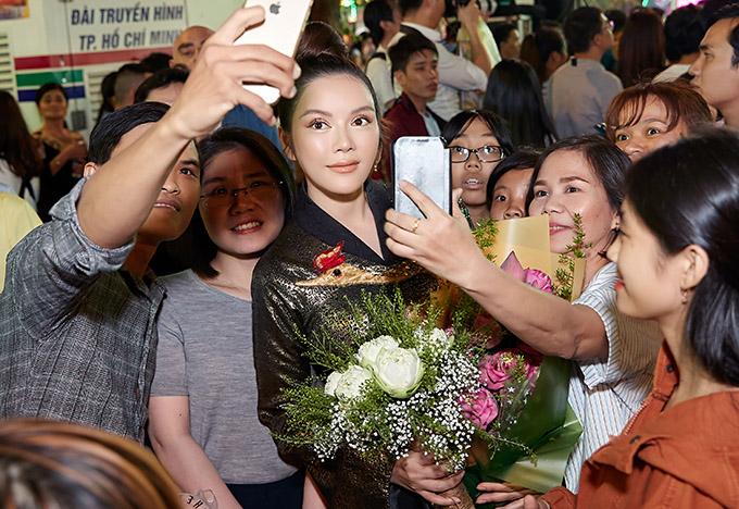 Hàng trăm fan vây kín để ghi lại kỷ niệm gặp gỡ nữ diễn viên nổi tiếng.
