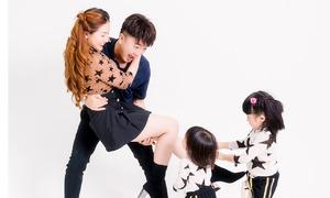 Dương Ngọc Thái vui đùa cùng vợ và hai con gái