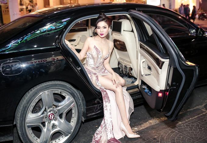 Lệ Quyên được tài xế riêng đưa đón bằng ôtô hơn 20 tỷ. Cô hiện là một trong những ca sĩcó cát-xê cao nhất tại Việt Nam, cuộc sống rất đủ đầy, sung túc.