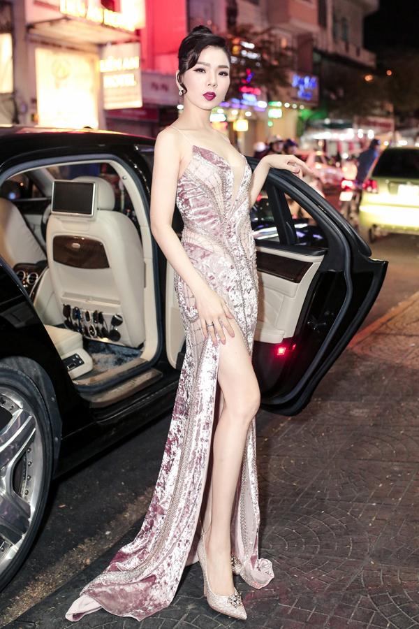 Nữ ca sĩ mặc váy cắt xẻ táo bạo, khoe vóc dáng thon thả, quyến rũ ở tuổi 38.