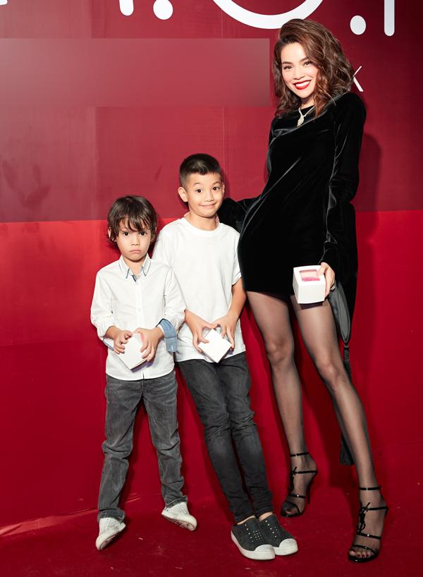 Bé Subeo (giữa) - con trai của Hồ Ngọc Hà và cháu trai dự sự kiện của nữ ca sĩ. Subeo khiến nhiều người bất ngờ vì cậu bé đã cao bổng và rất chững chạc.