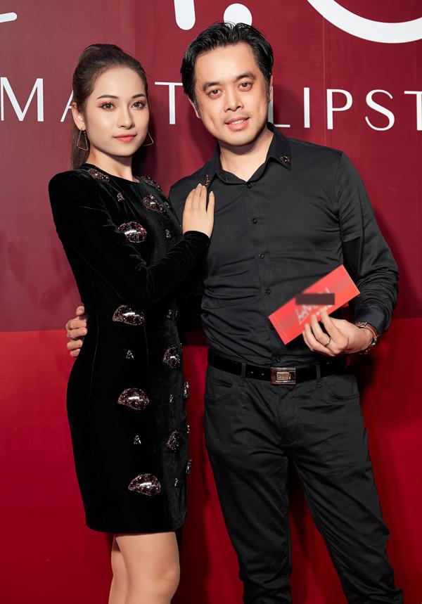 Nhạc sĩ Dương Khắc Linh tình tứ đi event cùng bạn gái Sara Lưu.
