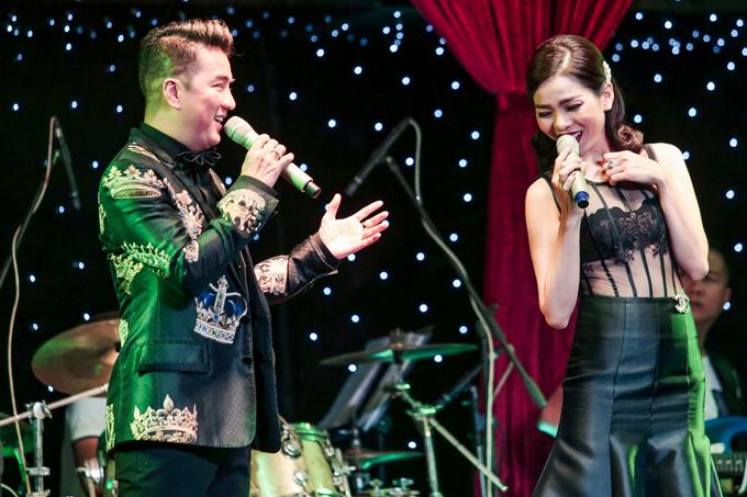 Nam ca sĩ thay trang phục, hòa giọng hát Lạc mất mùa xuân và Tình bơ vơcùng cô em đồng nghiệp thân thiết.