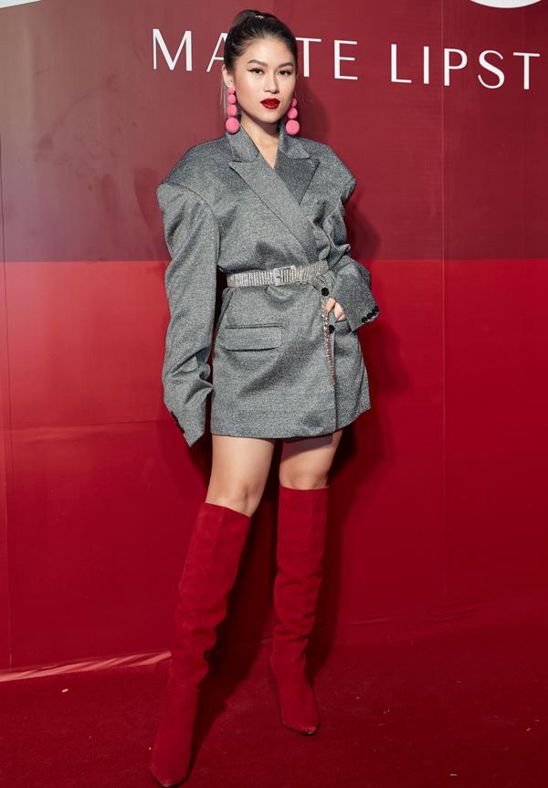 Chiếc áo vest quá khổ kết hợp cùng bốt cổ cao đã nuốt chửng vóc dáng nhỏ bé của diễn viên Ngọc Thanh Tâm.