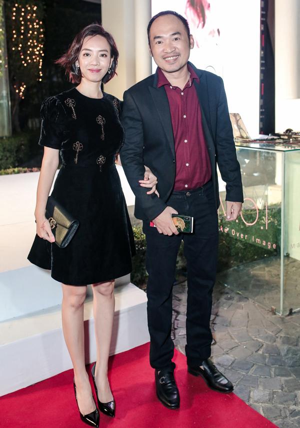 Vợ chồng Thu Trang - Tiến Luật sánh đôi trên thảm đỏ sự kiện.