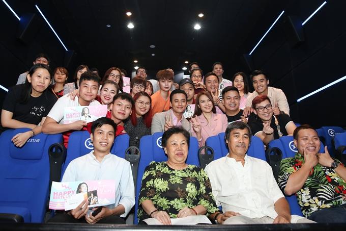 Nhiều khán giả xem bộ phim không dưới 5 lần hay mời cả bố mẹ đến rạp cùng theo dõi. Nữ ca sĩ hoàn toàn bất ngờ khi bước vào rạp và nhận ra fan bí mật chuẩn bị món quà đặc biệt như vậy.