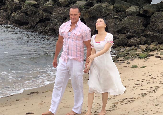Nữ ca sĩ có những cảnh nắm tay trai Tây đi du lịch, dạo biển rất tình tứ. Nhân vật người đàn ông trong MV được khắc họa là một đại gia kín tiếng. Ngoài đời ông xã của cô là tỷ phú Chính Chu - doanh nhân nổi tiếng thế giới. Vợ chồng Hà Phương đã kết hôn hơn 10 năm và sinh được hai cô con gái. Cuộc sống giàu sang, viên mãn của côkhiến nhiều người phải ao ước.