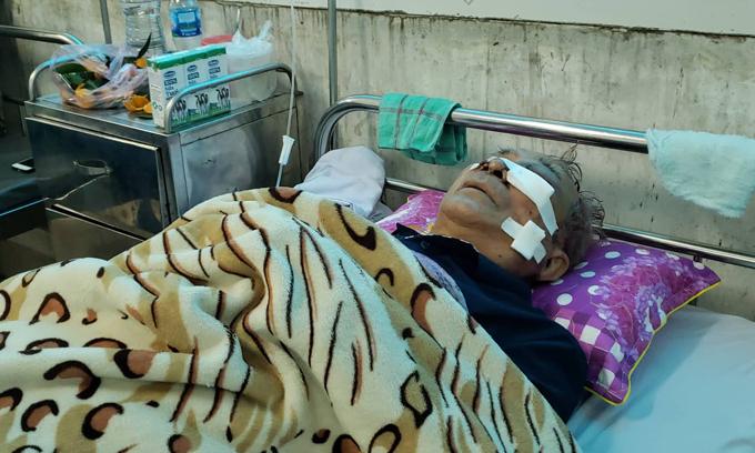 Ông Bùi Sĩ Được đang được cấp cứu tại bệnh viện đa khoa tỉnh Nam Định do bị Trịnh Viết Ba chém vào đầu, mặt. Ảnh: Giang Chinh