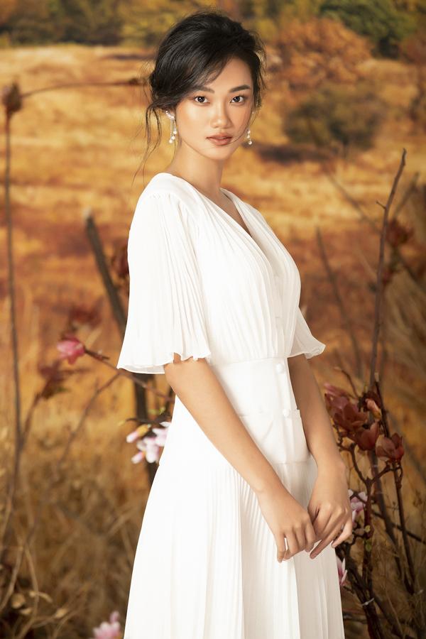 Hầu hết các trang phục tập trung ởkiểuváy xoè đơn giản, điểm nhấn là ở phần cổ và tay áo được cách điệu mang đến vẻ đẹp hiện đại cho người mặc.