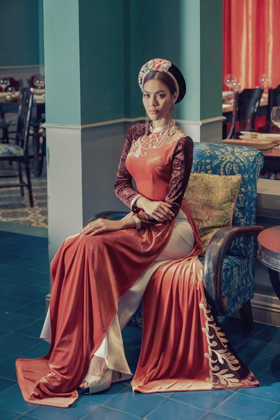 Không gian mang đậm vẻ đẹp hoài cổ, phong cách Đông Dương sang trọng càng tăng sức hút cho bộ ảnh của Thanh Hằng và Lan Khuê.