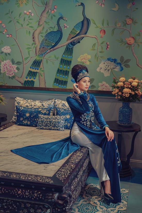 Vải nhung nhiều tông màu được nhà mốt Việt chắt lọc và khéo léo xây dựng các mẫu áo truyền thống tôn nét sang trọng cho người mặc.