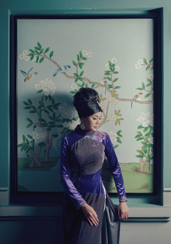 Bộ ảnh được thực hiện với sự hỗ trợ của nhiếp ảnh Tùng Chu, trang điểmMid Nguyễn - Ngân Thị, làm tóc Kim Ngân.