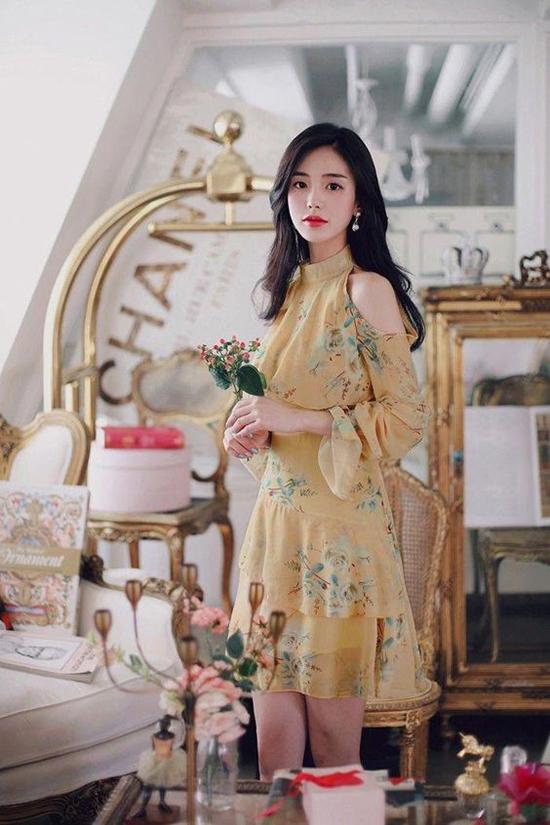 Trên các dáng váy liền thân, đầm xếp tầng điệu đà là chi tiết cut-out gọn gàng tô điểm trên cầu vai.