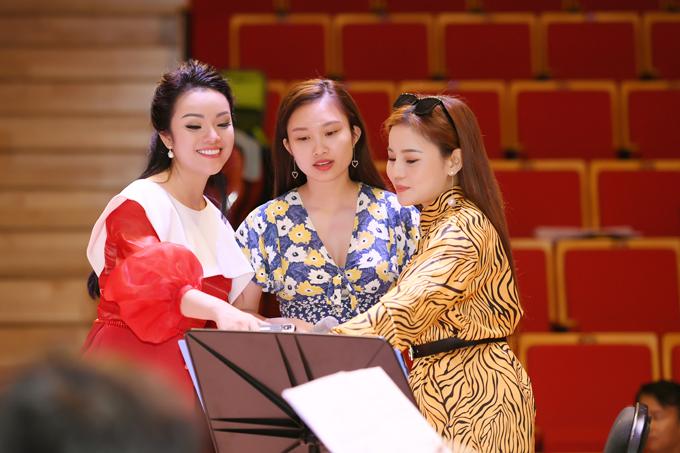 Các học trò của nữ ca sĩ như Linh Hoa, Thanh Quý, Hương Ly... cũng tích cực hỗ trợ cô giáo chuẩn bị những tiết mục cho đêm nhạc.