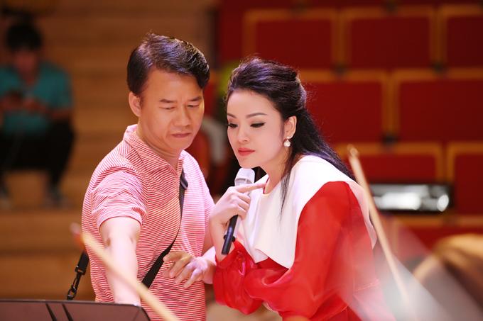 Việc hoãn liveshow cũng giúp Tân Nhàn và êkíp có thêm thời gian để tập luyện kỹ càng hơn. Những ngày qua cô gần như gác lại công việc giảng dạy tại Học viện âm nhạc Quốc gia Việt Nam để khớp nhạc cùng dàn giao hưởng gần 50 người.