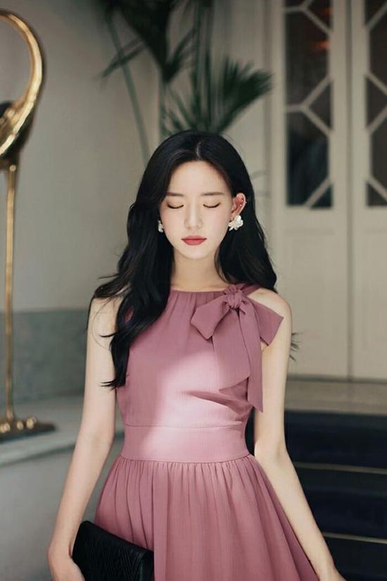 Đầm thắt nơ, váy hai dây trang trí nơ là xu hướng được ưa chuộng ở mùa mốt 2017/2018 và tiếp tục được phái đẹp yêu thích ở mùa xuân hè 2019