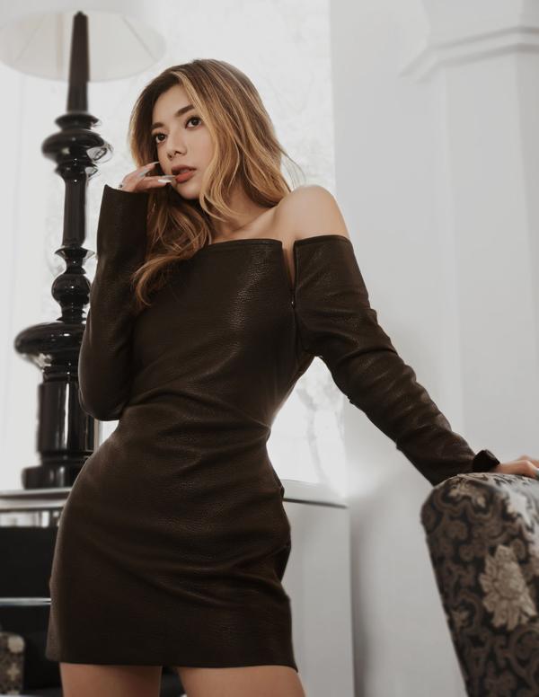 [Caption] Nói rõ hơn về bộ hình thời trang mà Katleen thể hiện. Người đẹp Việt kiều lần lượt lựa chọn hai bộ trang phục với váy da đen và bộ vest tông màu xám cách điệu nhằm khoe được đường cong cơ thể. Cô cho biết mình hạn chế tối đa phụ kiện, trang sức đi kèm. Thay vào đó, Katleen ưu tiên phong cách tối giản, không cầu kỳ để phù hợp hình tượng