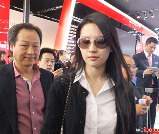 Lưu Diệc Phi và cha nuôi Trần Kim Phi.