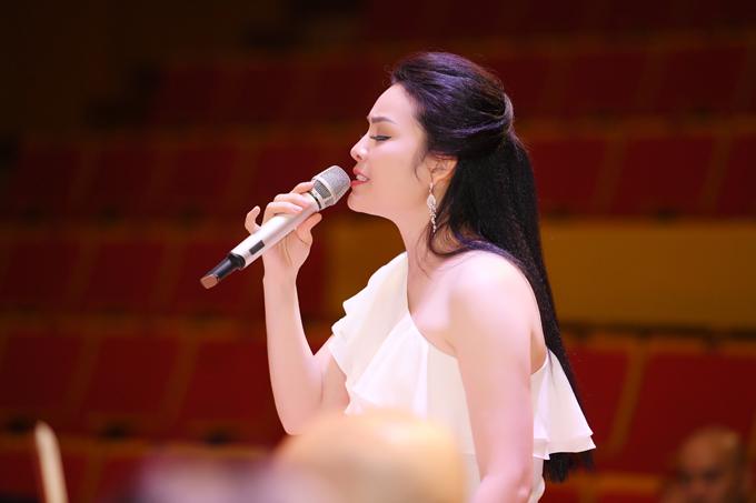 Trở về là liveshow cá nhân đầu tiên của Tân Nhàn sau show diễn chung cùng chồng (ca sĩ Tuấn Anh - giải nhất Sao Mai dòng thính phòng) vào 6 năm trước. Cô muốn khắc họa chân dung của chính mình thông qua âm nhạc, đồng thời tôn vinh âm nhạc truyền thống Việt Nam bằng cách làm mới những giai điệu quan họ.