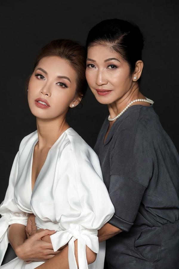 Thời điểm dự thi Miss Supranational, mẹ luôn bên cạnh động viên, thúc đẩy Minh Tú không đượctừ bỏ ước mơ.