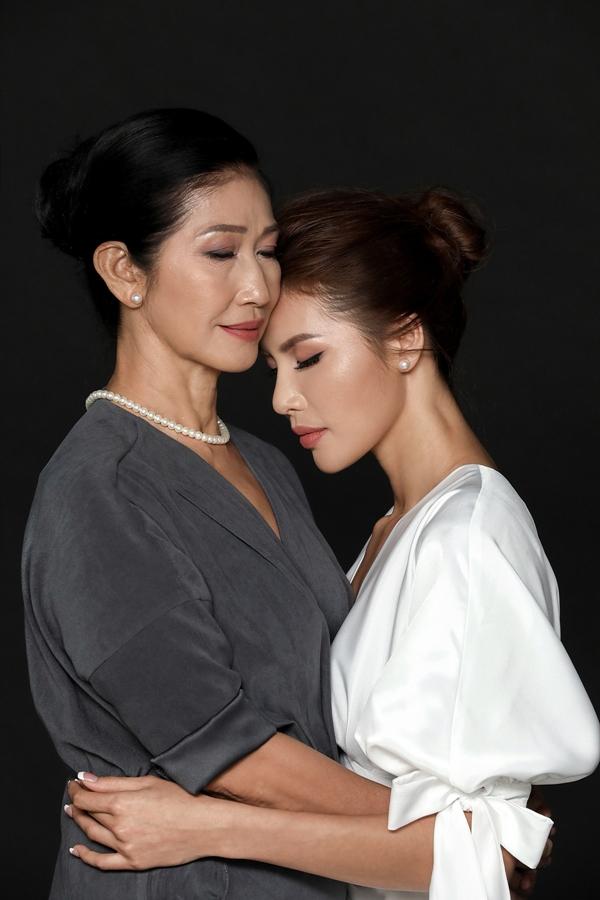 Minh Tú cho biết cô tự hào được sở hữu nhiều nét đẹp từ mẹ.