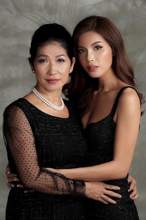 Điều hạnh phúc với mẹ bây giờ là nhìn ba em chúng tôi trưởng thành, có công việc ổn định, luôn yêu thương và đùm bọc nhau, Minh Tú nói.