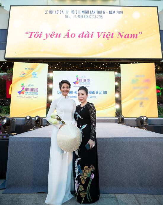 HHen Niê được Linh San tặng mẫu áo dài đặc biệt
