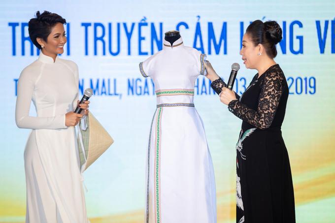 HHen Niê được Linh San tặng mẫu áo dài đặc biệt - 2