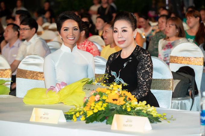 HHen Niê được Linh San tặng mẫu áo dài đặc biệt - 4