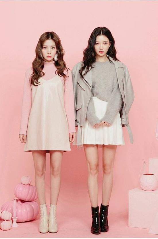 Khi không diện váy áo đồng màu, những cặp đôi công sở lại tạo dấu ấn bằng cách bổ trợ cho nhau để mang tới tạo hình cuốn hút. Đơn cử như cách kết hợp tông hồng, xám, trắng cuốn hút của hai cô nàng Hàn Quốc.