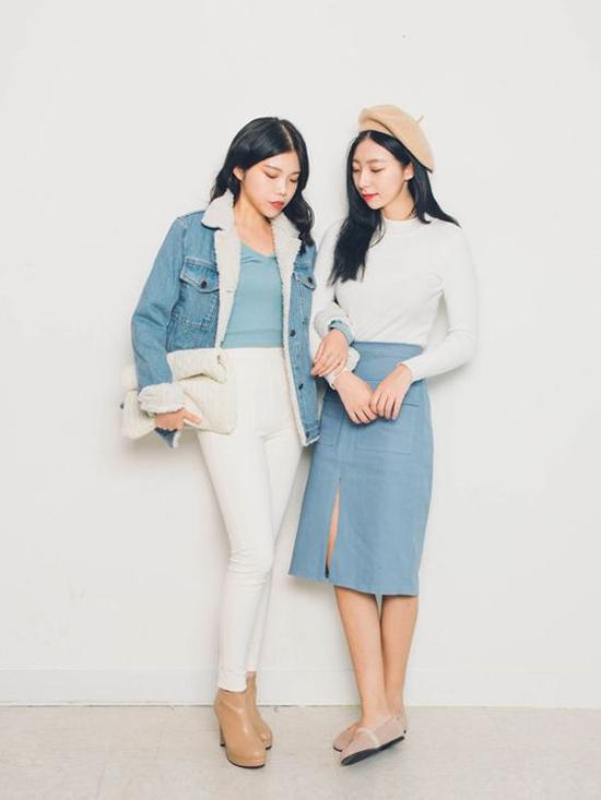 Sắc xanh của jeans và denim luôn tạo nên sự hòa hợp khi được mix cùng tông trắng. Chọn cách phối đồ bất đối xứng cũng mang tới hình ảnh bắt mắt cho phái đẹp văn phòng.