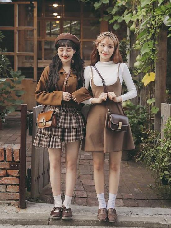 Vẫn đi theo phong cách vintage nhưng đôi bạn gái vẫn có tiếng nói riêng trong cách xây dựng hình ảnh. Chân váy xòe, váy hai dây màu trầm ấm được kết hợp cùng các kiểu áo dài tay, áo dệt kim.