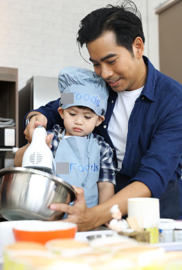 Hai bố con cùng đánh trứng, pha bột theo sự hướng dẫn của một chuyên gia làm bánh.