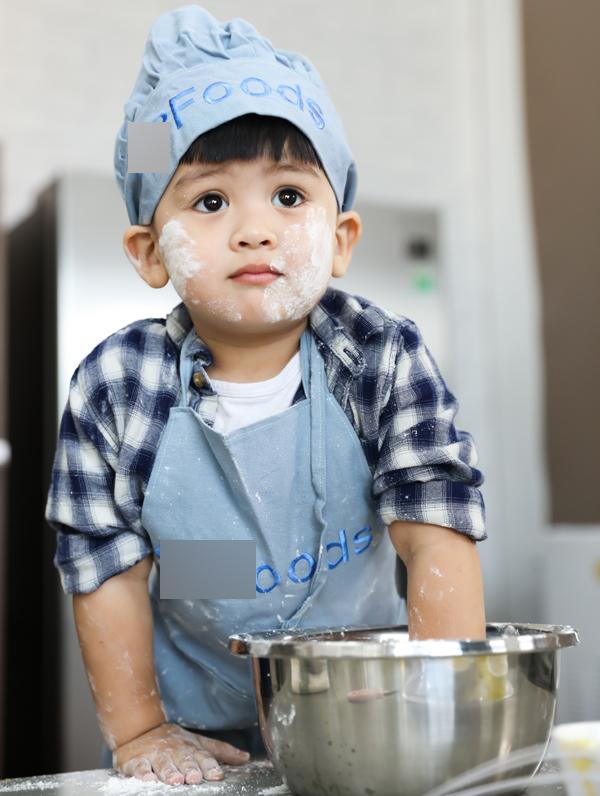 Bé Louis càng lớn càng trắng trẻo, khôi khô. Cậu nhóc có lượng fan lớn trên mạng xã hội.