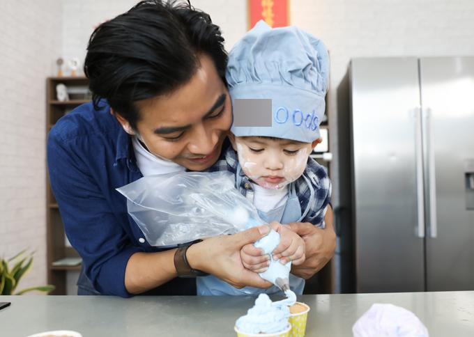 Thanh Bình giúp con tạo nên những chiếc bánh cupcake xinh xắn.