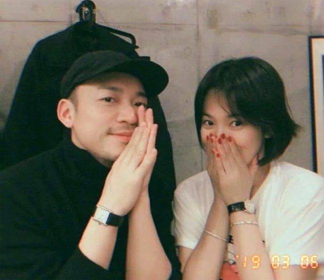 Song Hye Kyo hôm 6/3 chia sẻ trên trang cá nhân loạt ảnh cô cùng stylist người Nhật, kèm theo dòng chú thích: Làm việc với Yusuke. Đây là stylist gắn bó với Song Hye Kyo từ nhiều năm qua, hai người là bạn bèrất thân thiết. Trong loạt ảnh, Song Hye Kyo tiếp tục gây chú ý khi quên nhẫn cưới.