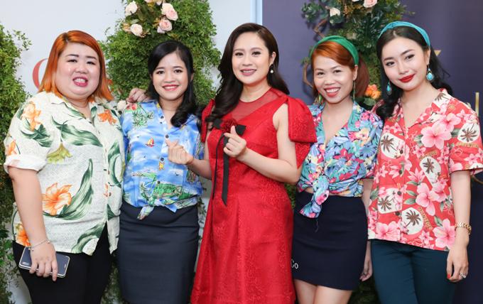 Một số fan nữ tranh thủ xin chụp ảnh với diễn viên Vòng xoáy tình yêu.