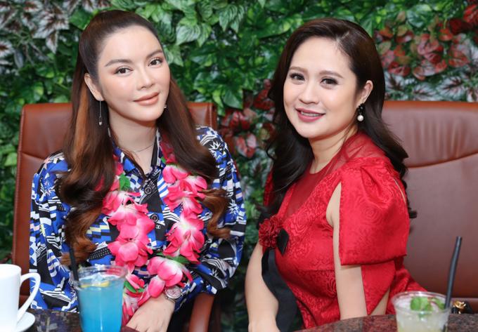 Lý Nhã Kỳ vui vẻ chụp ảnh kỷ niệm cùng Thanh Thúy.