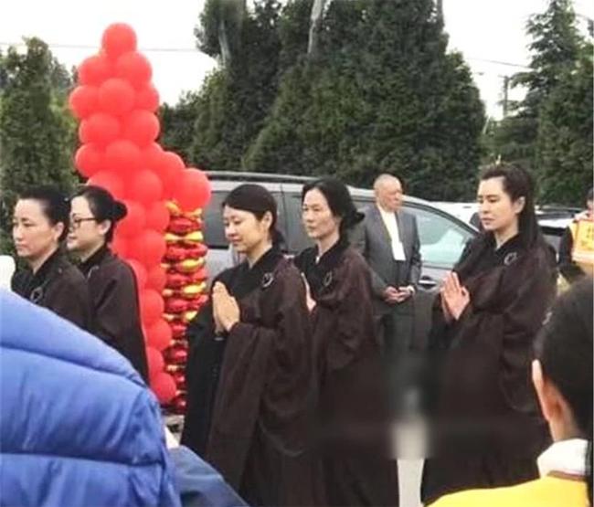 Diễn viên Vương Tổ Hiền tham gia một hoạt động của các Phật tử tại Vancouver,Canada trong ngày đầu tháng 3. Cô mặc trang phục sòng nâu của các Phật tử, gương mặt để mộc, mái tóc dầy đượcbới cao gọn ghẽ. Ở tuổi ngoại ngũ tuần, trông cô vẫn trẻ trung, tuy nhiên nhan sắc ngọc nữ một thời đã phai dấu thời gian.