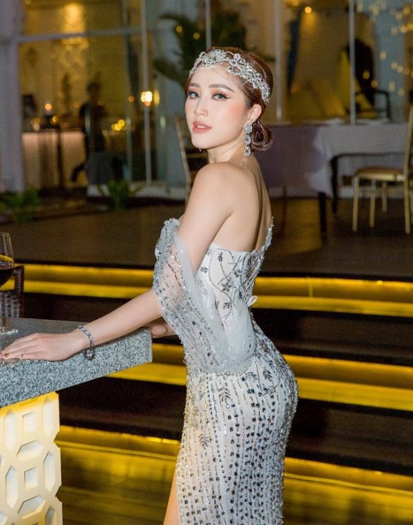 Tối 7/3, ca sĩ Bảo Thy tổ chức buổi tiệc giới thiệu những dòng sản phẩm mới thuộc thương hiệu mỹ phẩm mà cô làm chủ. Xuất hiện tại sự kiện, người đẹp thu hút ánh nhìn với bộ váy ôm sát khoe đường cong hình thể.