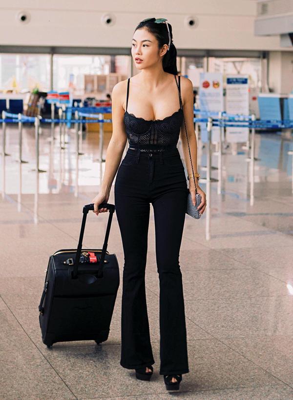 [Caption] Khác với các mỹ nhân khác thường chọn đầm sang chảnh hoặc set đồ đậm chất sporty khi xuất hiện tại sân bay, Julia Hồ diện hẳn nội y đen phối cùng quần ống loe cùng tông thời thượng, khéo khoe vòng một hút mắt. Để tăng thêm điểm nhấn cho set đồ, nàng hậu phối cùng đồng hồ hiệu Chopard có giá gần hai tỉ dồng và túi xách của thương hiệu Chanel trị giá gần 200 triệu tiền Việt.