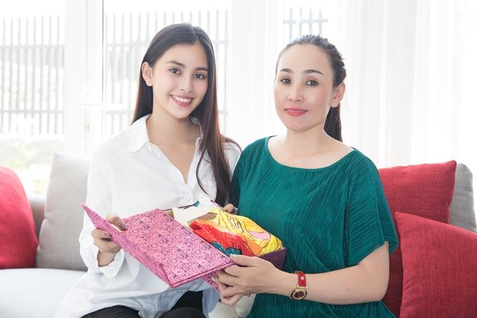 Dịp 8/3, đương kim Hoa hậu bí mật chuẩn bị một món quà tặng mẹ. Nhìn thấy tình cảm của con gái, mẹ Tiểu Vy không tránh được xúc động.