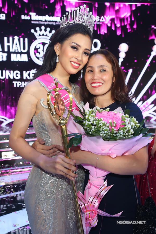 Tiểu Vy và mẹ sau đêm chung kết Hoa hậu Việt Nam 2018.