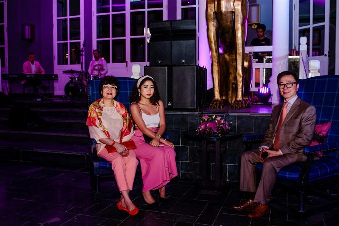 Hôn lễ hoành tráng, xa xỉ của cặp tỷ phú Ấn Độ có sự tham dự của ông Phạm Sanh Châu - Đại sứ Việt Nam (suit xám)tại Cộng hòa Ấn Độ kiêm nhiệm Nepal và Bhutan. Ông chính là người đã giới thiệu cặp tỷ phú tổ chức đám cưới tại Việt Nam, cụ thể là khu nghỉ dưỡng ở Phú Quốc. Trong tuần đầu tiên tới Ấn Độ, tôi được người bạn mới quen tên Kamal Kumar mời ăn cơm. Trong bữa cơm, ông nói người Ấn Độ rất coi trọng đám cưới, cả đời dành dụm chỉ để làm đám cưới. Đối với tầng lớp trung lưu thì chi phí đám cưới trung bình khoảng vài triệu USD. Nghe vậy, tôi thấy choáng và quyết định giới thiệucác uyên ương Ấn Độ tổ chức đám cưới ở đất nước mình - Việt Nam.Cuối cùng, tôi được gặp gỡ ông Nitin Shah - bố chú rể Rushang và thuyết phục ông ấy.