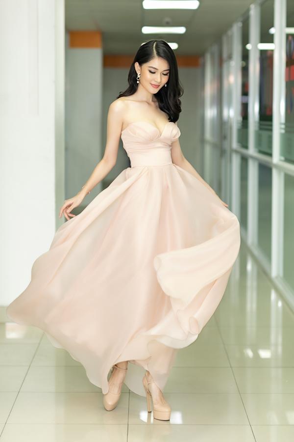 Thùy Dung sinh năm 1996, tốt nghiệp Đại học Ngoại thương TP HCM, đăng quang Hoa khôi trường và Á hậu 2 Hoa hậu Việt Nam 2016.