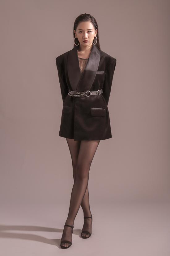 Xu hướng blazer drees được nữ ca sĩ cập nhật một cách tinh tế. Trang phục vừa tôn nét sexy vừa xây dựng hình ảnh hiện đại và không kém phần sang chảnh cho người mặc.