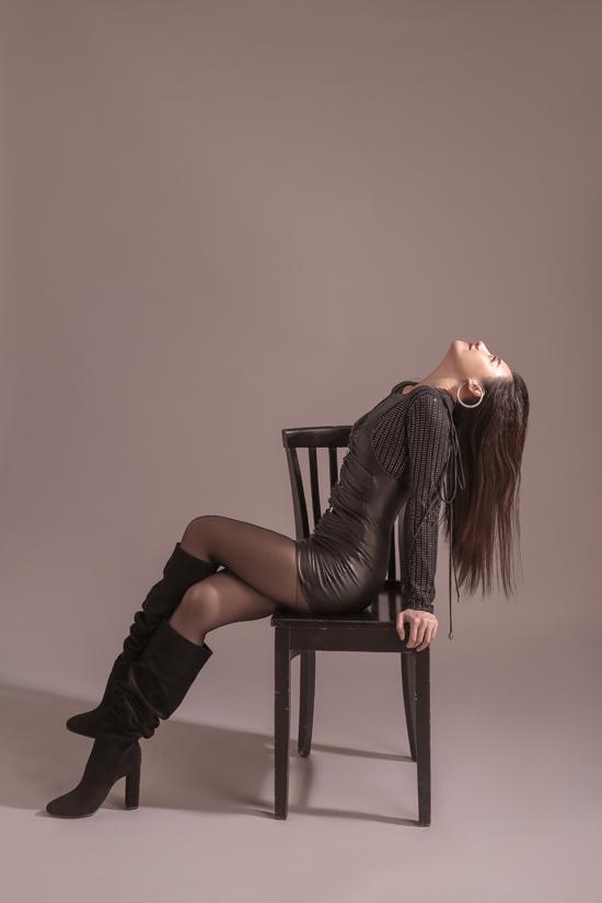 Phong cách all black được lên đồ cực ngọt với cách phối từ chiếc váy 2 dây phom dáng basic, thigh high boots kéo dài đôi chân và tô điểm bằng những món đồ phụ kiện để tạo nên vẻ ngoài cá tính, huyền bí cho Hari Won.